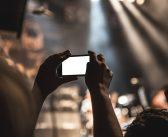 Smartphonegebruik achter het stuur: 94% van de Nederlanders vindt het onverantwoord, maar 56% doet het toch