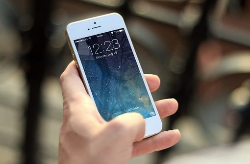 Nederlanders bezorgd, maar blijven mobiele telefoon gebruiken in verkeer